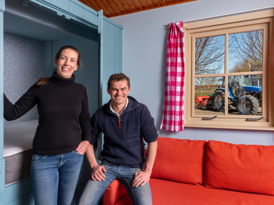 Nederland, Lage Zwaluw, Janine Keller – Den Dunnen en Paul den Dunnen runnen een bedrijf waar zij koeien houden en campinghuisjes verhuren. Provincie natuurinclusieve landbouw Foto Marc Bolsius